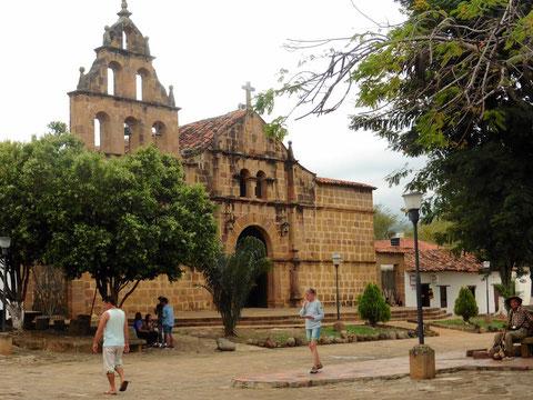 Die Kirche in Guani, Kolumbien an der man links und rechts die Brückentore sehen kann