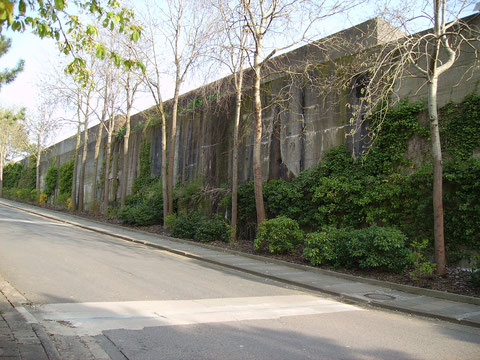 Zufahrtsweg zum Bürogebäude auf dem Dach des Bunkers Hornisse.