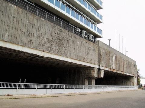 Hier ist die Zufahrt zum Firmengelände zu sehen. Hinweisschilder auf den U-Boot Bunker Hornisse sucht man in Bremen vergeblich.