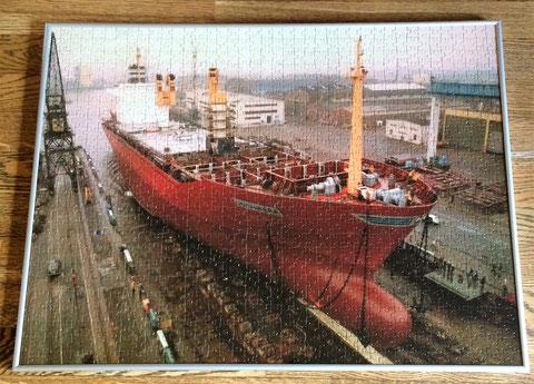 """Die MS """"Usambara"""" gleitet in den Werfthafen"""