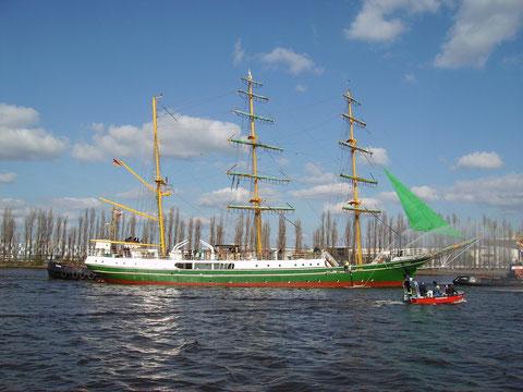 """Die Alexander von Humboldt fährt an ihrer Geburtsstätte, der ehemaligen AG """"Weser"""" , noch ein letztes Mal vorbei am 18. April 2015"""