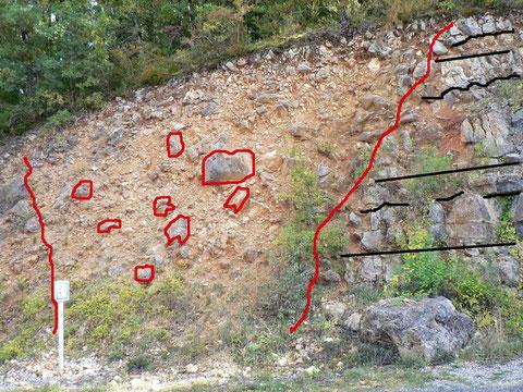 Les blocs dans la cheminée effondrée font partie d'un ensemble déposé trés longtemps après les strates horizontales et ont été entrainés par l'effondrement de la voute de la cavité produite par les écoulements souterrains