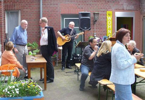 HOF 60-Geburtstag 2009 - Links unser RE-Landrat Kay Süverkrüp, rechts am Tisch die Schriftstellerin Brigitte Wiers und die Malerin Marianne Kern