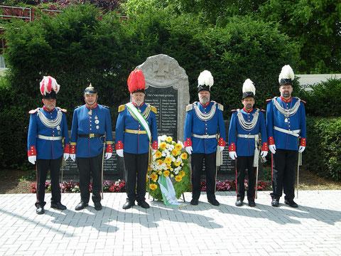 Der Generalstab vor dem Denkmal