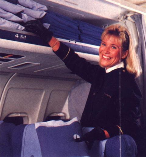 Flugbegleiterin der Finnair in einer MD-80-Kabine/Courtesy: Finnair