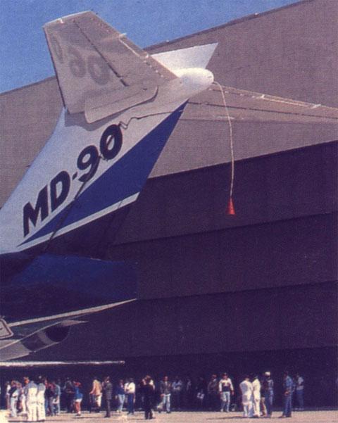 MD-90-Leitwerk mit Sonde/Courtesy: McDonnell Douglas