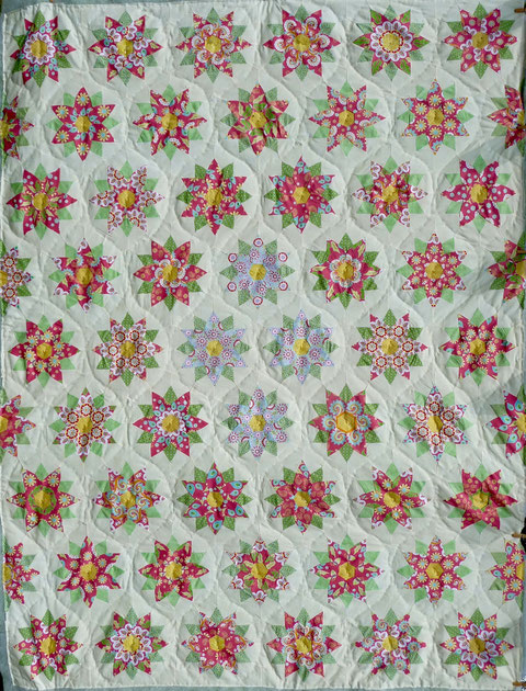 Tenderness Quilt 50 Flowers + 8 half Flowers fussy cutting. 12. April 2017  227 cm x 174 cm