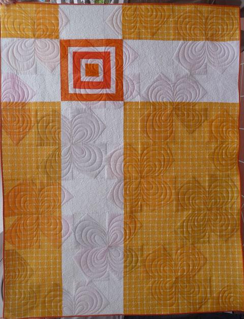 Verlosungsquilt, die Rückseite.  Gequiltet von Patricia Bussemeier.  Das Muster heißt Starflower.