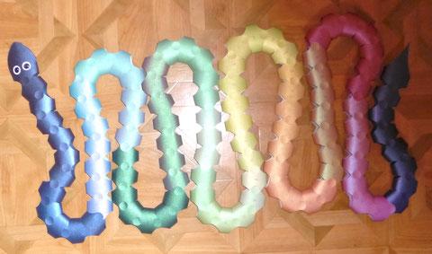Die 100er Schlange aus 15 DIN A 4 Blätter ist fertig. Ich habe meine Methode verfeinert. Kann man weiter unten ausführlich lesen.
