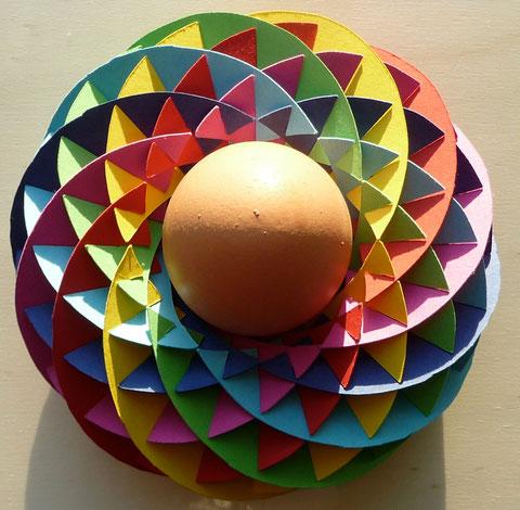 Krigami Villarceau Circle Toros 12 aus 24 Halbmonden. Der Ostereierbehälter ist bewusst aus 24 Teilen konstruiert, weil das Logo der Mathewerkstatt ein Zwölfeck ist.