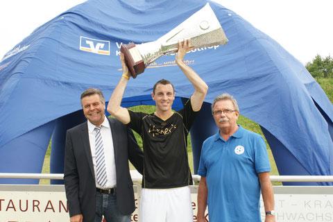 Pokalübergabe Vorstandsvorsitzender Volksban eG E. Kreck, Vorsitznder K-H-Fischer u. Kapitän SV Horst Emscher P. Rüsenberg