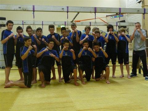 U15 beim Kickboxtraining mit Trainer Joel Tillmann(rechts)