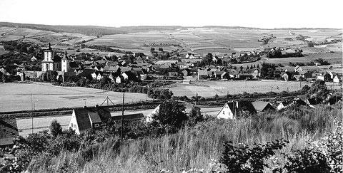 Gesamtansicht vor 1938 – Links neben den Kirchen erkennt man die Synagoge.
