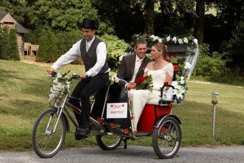 der Chauffeur mit Hochzeitsrikscha unterwegs