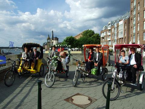 Hochzeitskonvoi mit Halt an der Rheinpromenade