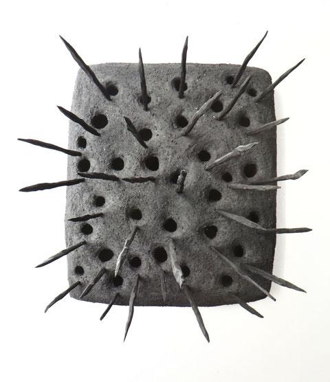 Wohnblock, ca. 110/110 cm. Holz, Asche, plastische Massen, Dunkelheit. 1988/89