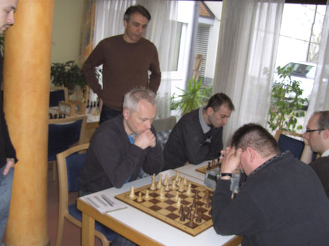 An den Spitzenbretter der Verbandsliga wird schwer gekämpf ...