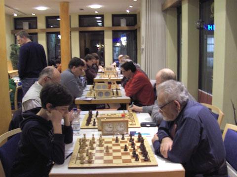 Auf der linken Seite die 3. Mannschaft der Lahrer, auf der rechten Seite die Spieler der 1ten Mannschaft des SC Turm-Brandeck Ohlsbach