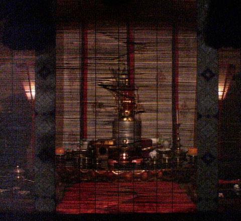 御簾ごしに映える雙林寺聖天壇