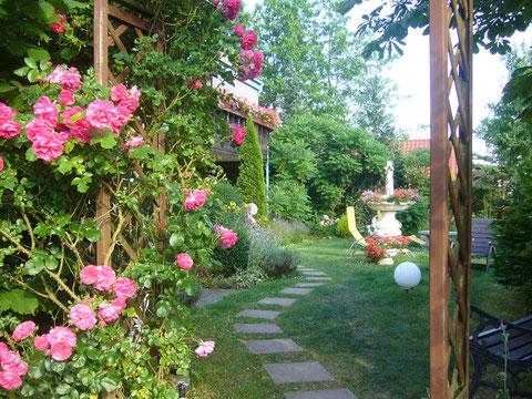 Unser idyllischer Garten im oberen Bereich