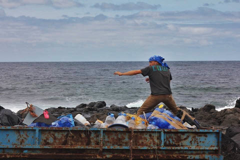 Surf la santa, coup, wast is resource, don´t trash th earth, art, trashart,