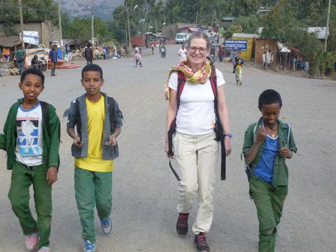 Veronika mit Schulkindern