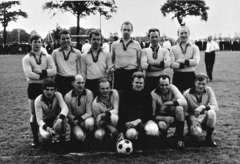 Dieses Foto zeigt die Mannschaft aus dem Jahr 1972 bei  dem Pfarrfest von Tungerloh-Capellen
