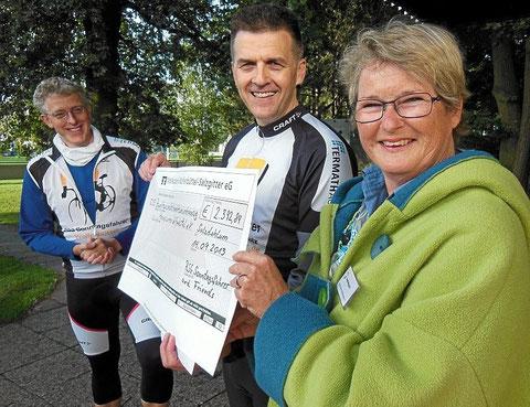 Stefan Fuchs (von links) und Jörg Behnke übergeben einen Spendenscheck über 2392 Euro an Heidi Wypich vom Hospizverein.