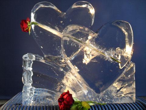 Hochzeitsdekoration Eisskulptur: Herzenpaar mit Rose durchbohrt