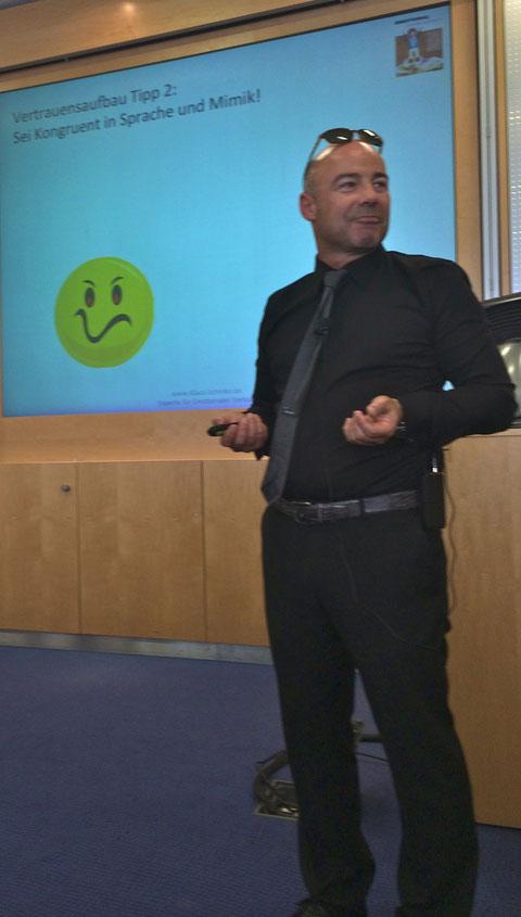 Emotionaler Verkauf - Klaus Schinko begeistert Ihre Mitarbeiter und Gäste durch einen spannenden Impulsvortrag zum Thema Emotionaler Verkaufen kann ja JEDER ... LERNEN!