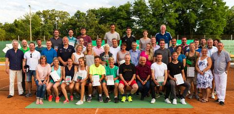 So viele strahlende Gewinner und Platzierte finden auf dem grünen Siegerteppich des WSV Aschaffenburg gar keinen Platz. Ingesamt sichern sich 26 Tennisspieler in diesem Jahr einen oder gleich zwei Tennis-Stadtmeistertitel 2017.