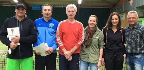Bezirksvorsitzender Walter Haun (rechts) mit den erfolgreichen Tennissenioren aus der Region (von links): Marco Appelmann, Bernd Legutke, Aribert Hart, Heike Bauer und Annette Assmann.