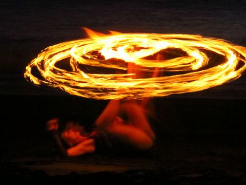 Feuertanz, www.center-of-being.com, Feuerjonglage, Lichttanz, Freiheit, Selbstvertrauen, kreatives Schöpferspiel