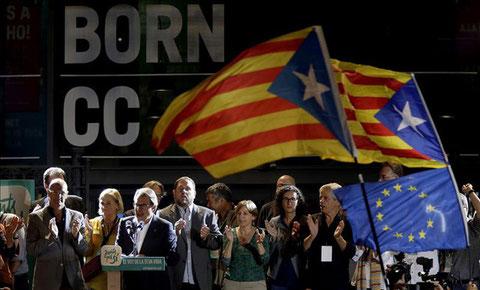 """Der katalanische Ministerpräsident Artur Mas und die führenden Köpfe der Liste """"Junts pel Si"""" feiern ihren Wahlsieg am 17. September 2015 in El Born (Bild: EFE/Quique García)"""