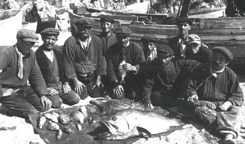 Frühere Zeiten: Fischer in Loret vor ihrem Fang. Unten: Zwei Gemälde von Malern, die mit Lloret verbunden waren (nähere Angaben beim Anklicken der Bilder)