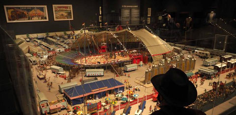"""Eines der Objekte im """"Circusland"""": die große Nachbildung des deutschen Zirkus Gleich (Bild: La Vanguardia 19.12.20)"""