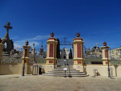 """Eingang des """"modernistischen"""" Friedhofes"""