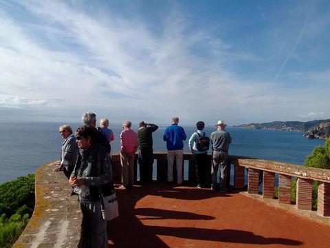 Kulturspaziergänger blicken auf die Costa Brava (Sant Elm / Sant Feliu de Guixols)