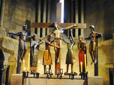 """Die Kreuzigungsgruppe """"Santissim Misteri"""" im Kloster Sant Joan de les Abadesses. In der Bildansicht von links nach rechts: Mitgekreuzigter, Maria, Josef von Arimathäa, Jesus, Nikodemus, Johannes, Mitgekreuzigter (Bild: wikipedia org . Autor: PMR Maeyaert)"""