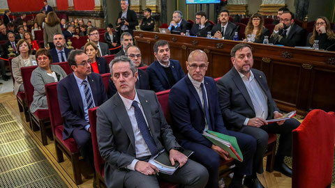 Die Angeklagten (Bild: Emilio Naranjo, AFP). Von rechts nach links: Junqueras, Romeva, Forn, Sànchez, Turull, Rull, Cuixart, Forcadell, Bassa, Mundó, Vila, Borrás