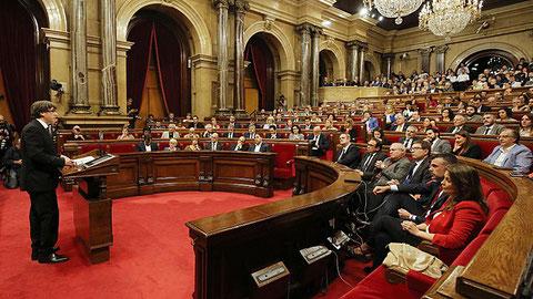 Der Präsident Charles Puigdemont vor dem katalanischen Parlament am 10.10.2017 (Bild: gen.cat)