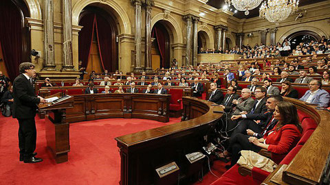 Charles Puigdemont fordert vor dem katalanischen Parlament im Oktober 2017 die Unabhängigkeit Kataloniens - Quelle: Generalitat de Catalunya/Lizenz: C