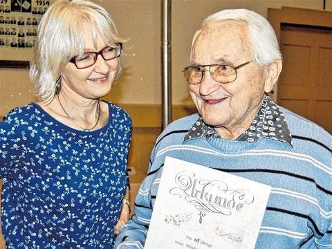 Alois Antlitz - 65 Jahre Mitglied, Ehrung durch Vorsitzende Monika Ziegler - JHV 2016