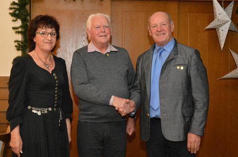 Ehrung - 65 J -Robert Burger, im Bild Vorsitzende Hedwig Steinert und FSB-Vizepräsident Paul Kolb