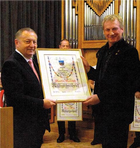 Landrat Thomas Bold überreicht den Kulturehrenbrief an Chorleiter Martin Rudolph - 01.10.17