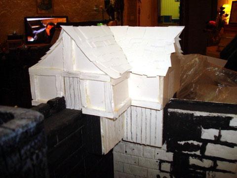 Construction du toit ,tuiles taillés en papier à grain posées une par une ...