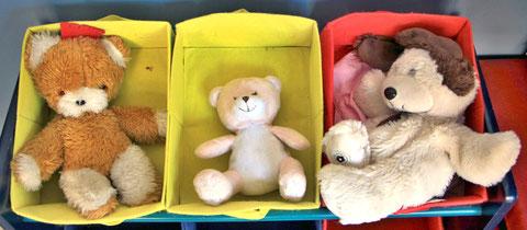 Drei Teddys im Bettchen.
