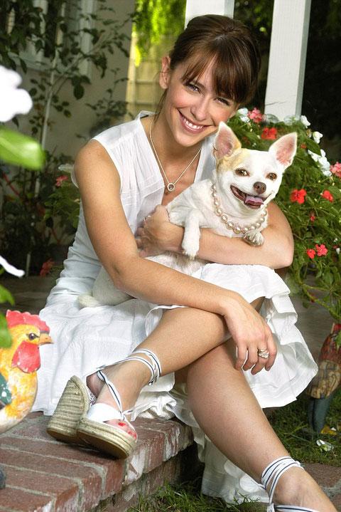 Foto de Jennifer Love Hewitt con su perro de raza chihuahua de pelo corto y color blanco y canela (bicolor)