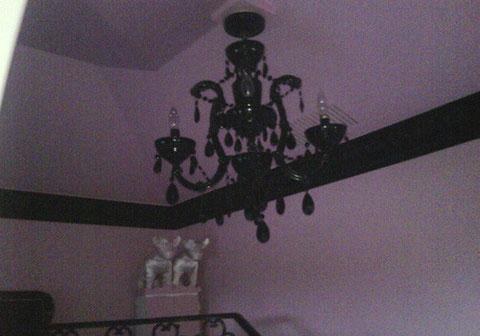 Foto de la lampara que preside la mansion de sus chihuahuas