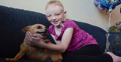Foto niña con su chihuahua
